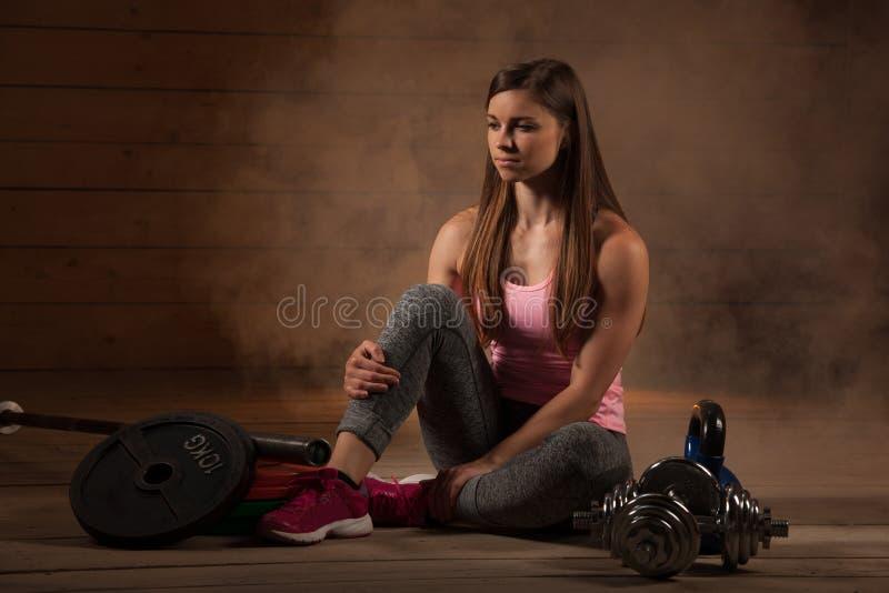 Активная молодая женщина разрабатывает с гантелями в спортзале фитнеса стоковые фотографии rf