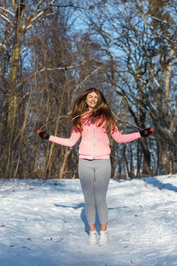 Активная молодая женщина выполняет тренировку с прыгая веревочкой стоковые фотографии rf