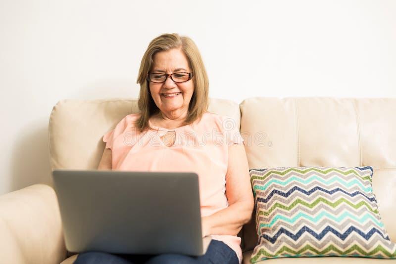Активная старшая взрослая женщина с технологией стоковые изображения