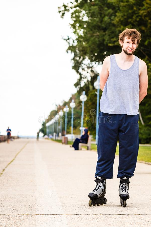 Активное катание на ролике молодого человека внешнее стоковые изображения rf