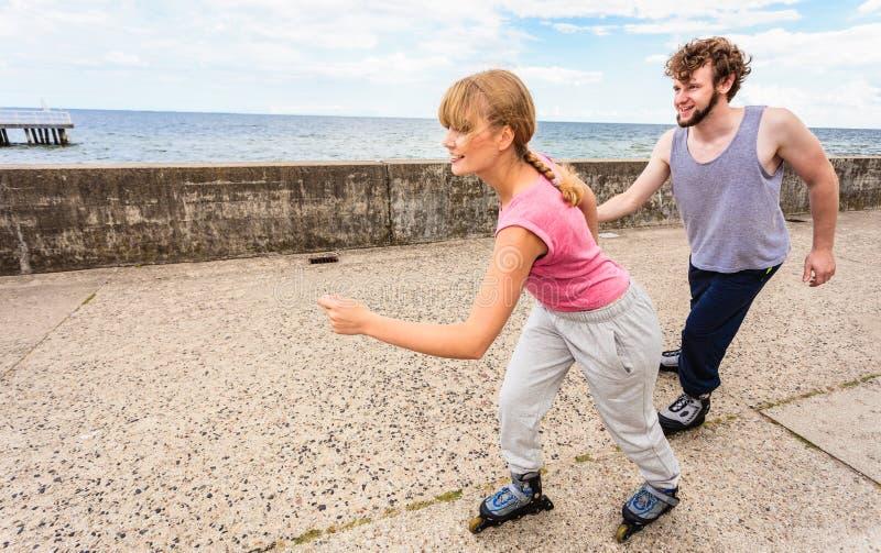 Активное молодые люди катания на ролике друзей внешнего стоковые фото