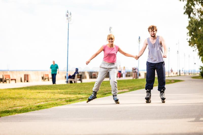 Активное молодые люди катания на ролике друзей внешнего стоковая фотография rf