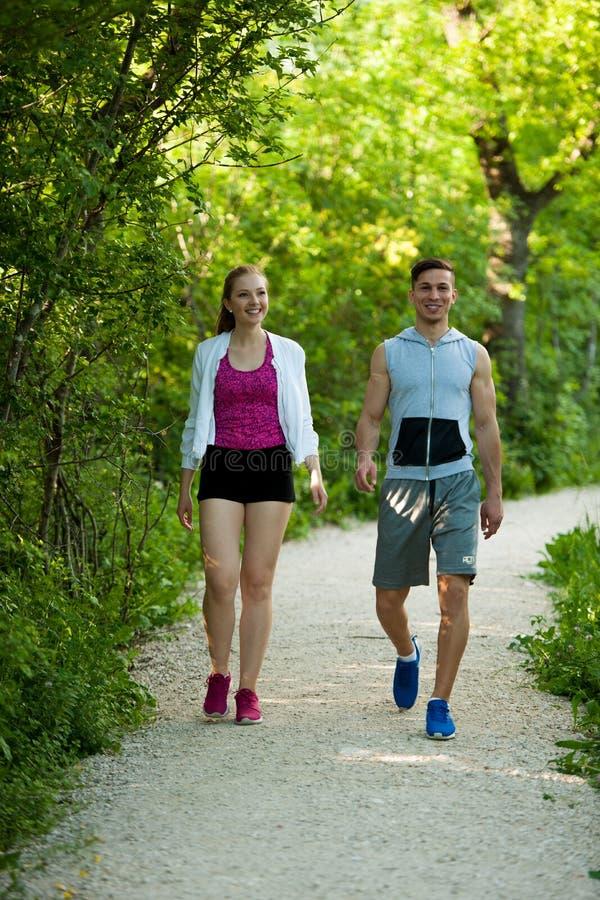 Активные молодые пары на wlak в парке стоковые изображения rf
