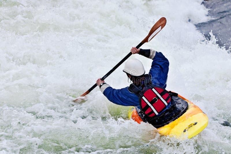 Активный женский kayaker стоковое изображение rf