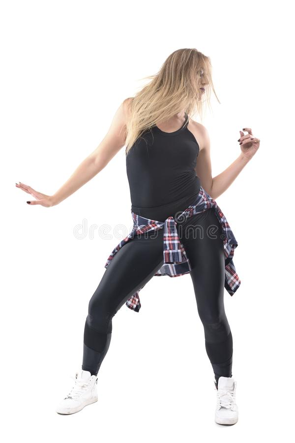 Активный современный танец джаза танцев женщины в вскользь стиле улицы одевает смотреть вниз стоковая фотография