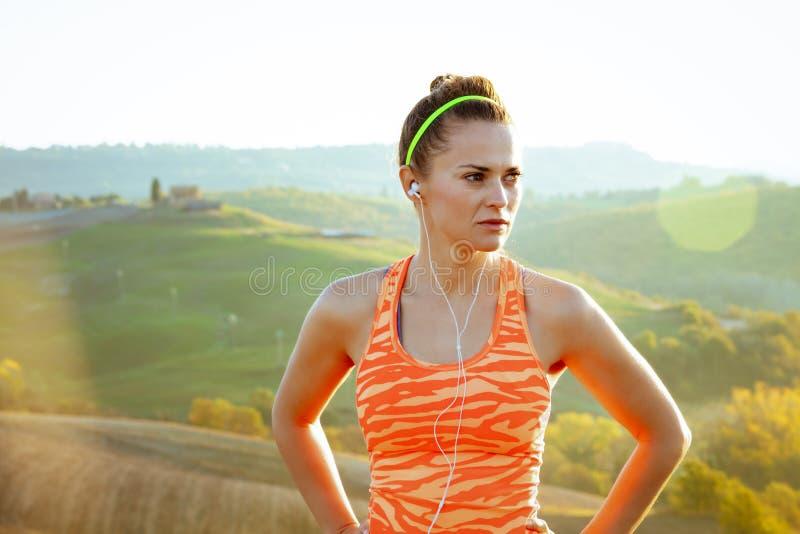 Активный jogger женщины в Тоскане, Италии смотря в расстояние стоковая фотография rf