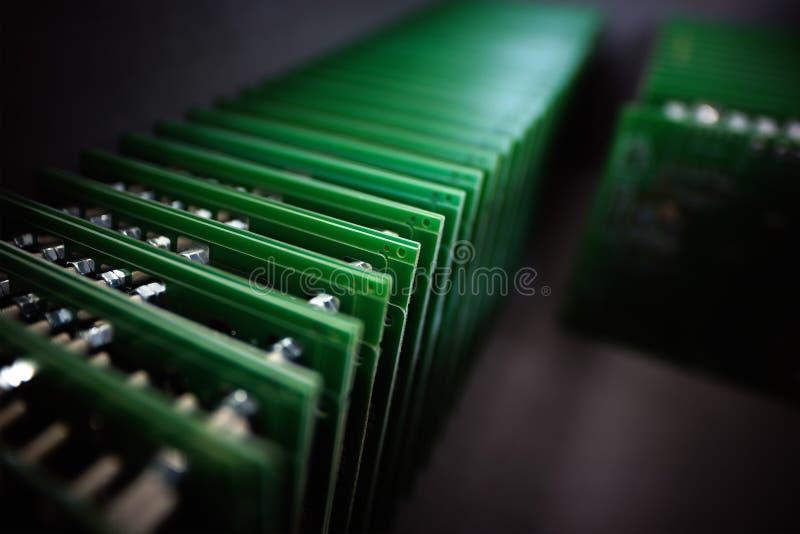 Актовый зал электронных блоков на высокотехнологичном ба нерезкости фабрики стоковые фото