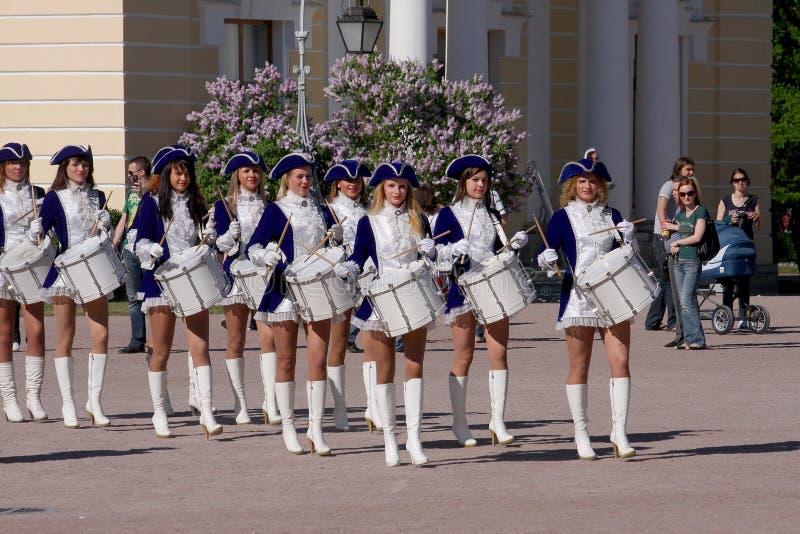 Актрисы представления красивые оркестра выставки собирают барабанщиков ансамбля krasnogvardeisky муниципалитета района стоковое изображение