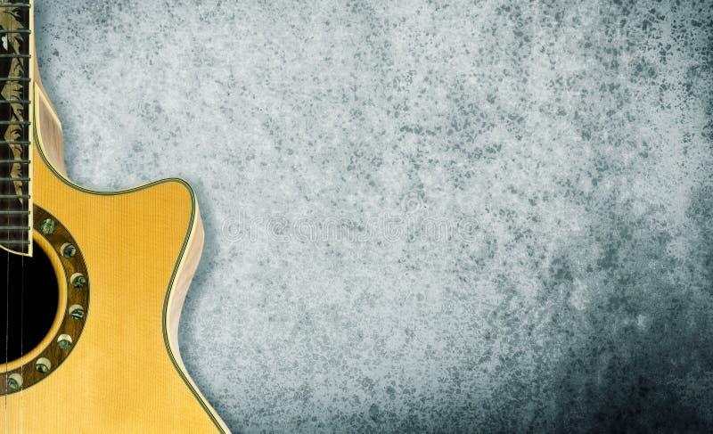 Акустическая гитара на серой текстуре стоковые фотографии rf