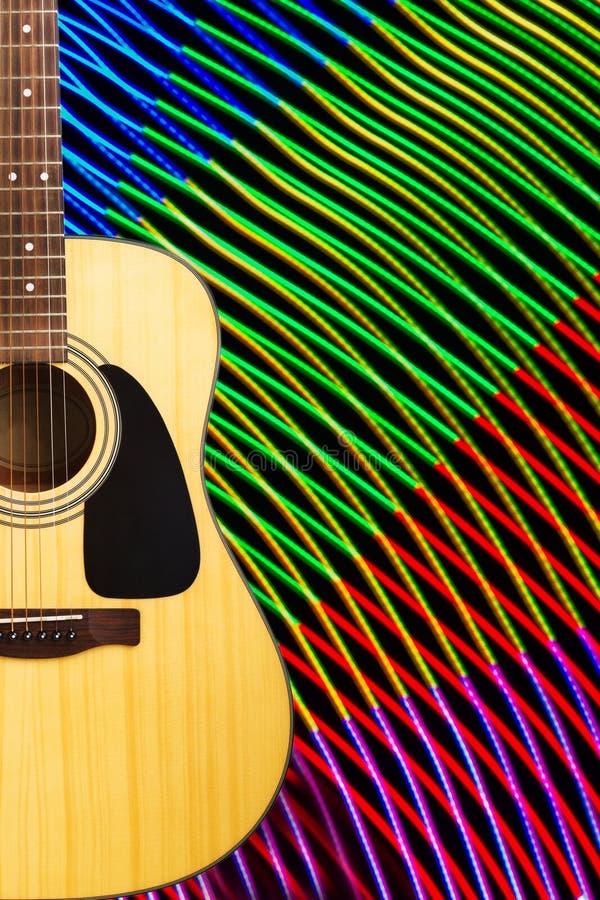 Акустическая гитара против абстрактной предпосылки стоковые фотографии rf
