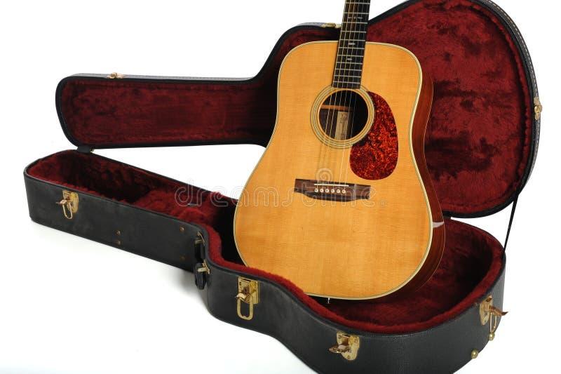 акустическая гитара случая стоковое изображение rf