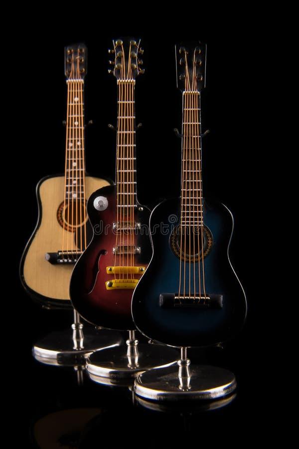 Акустические и электрические установленные гитары стоковая фотография