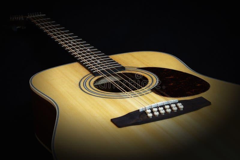 Акустические 12 строк гитара, взгляд со стороны стоковая фотография rf