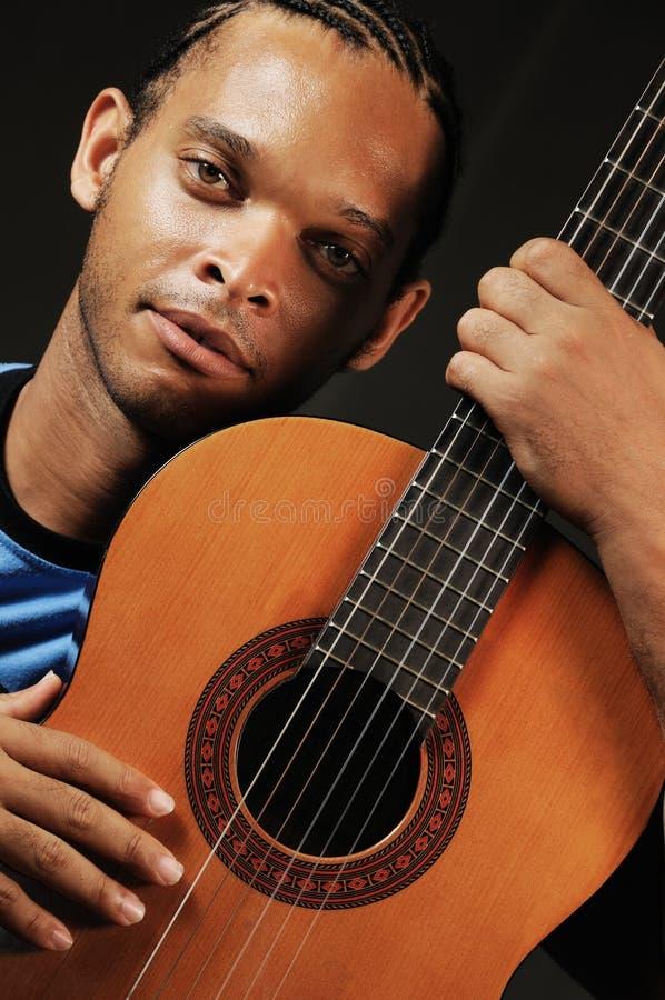 акустический африканский человек гитары стоковое изображение rf