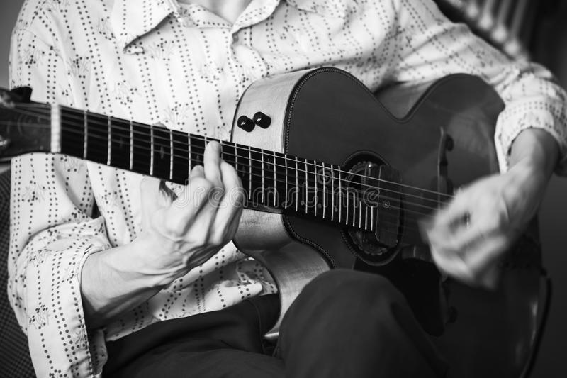 Акустический гитарист, конец-вверх стоковые изображения
