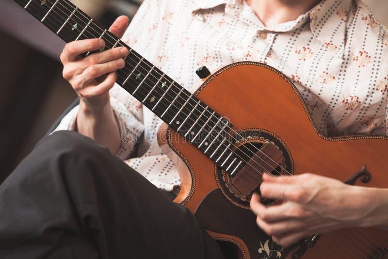 Акустический гитарист стоковая фотография