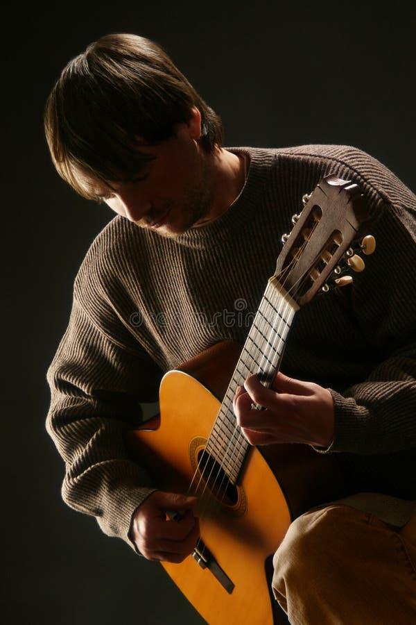 акустический классический играть гитариста гитары стоковые фотографии rf