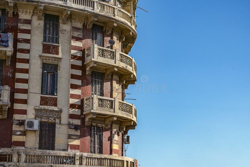 11 16 2018 Александрия, Египет, взгляд старого и получившегося отказ здания в центре Александрия на фоне голубого s стоковое фото