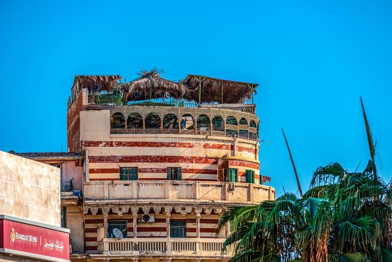 11 16 2018 Александрия, Египет, взгляд старого и получившегося отказ здания в центре Александрия на фоне голубого s стоковое фото rf