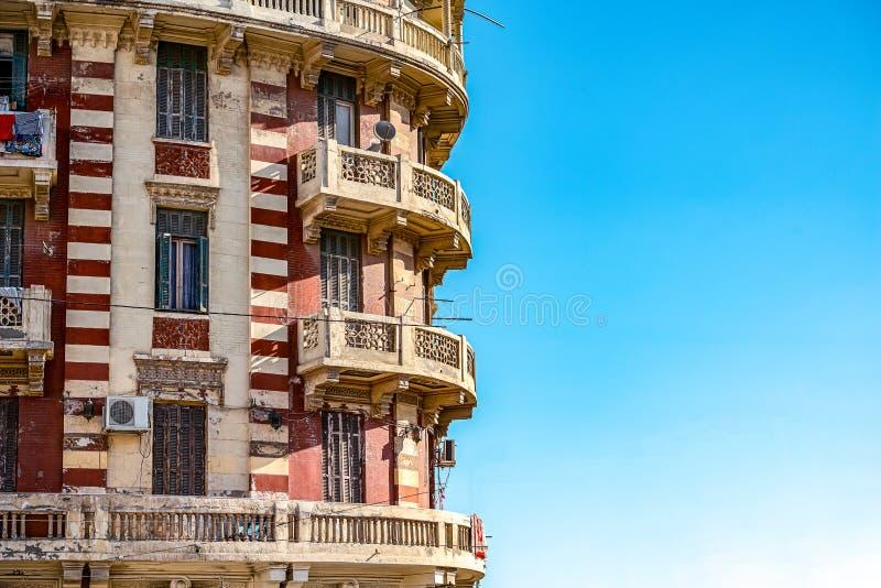 11 16 2018 Александрия, Египет, взгляд старого и получившегося отказ здания в центре Александрия на фоне голубого s стоковые фотографии rf