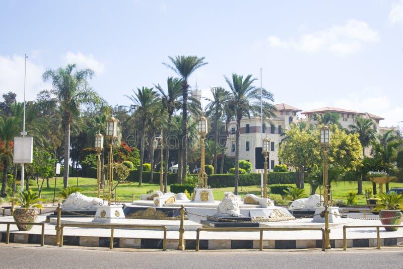 АЛЕКСАНДРИЯ, ЕГИПЕТ - 25-ОЕ ИЮНЯ 2015: Памятник с львами в парке Montazah в Александрии, Египте стоковое изображение