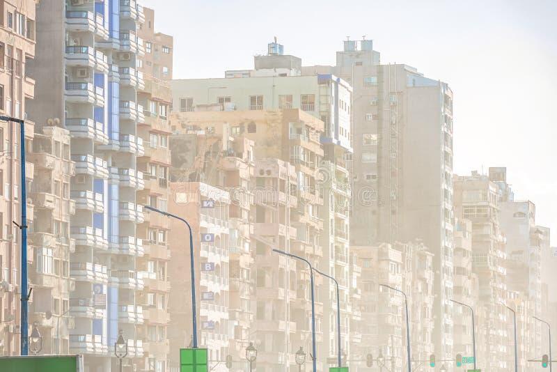 6/11/2018 Александрия, Египет, фасады обитая домов принадлежащих штату в очень плохом состоянии стоковые фотографии rf