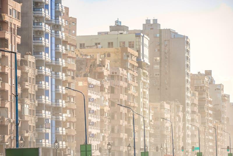 6/11/2018 Александрия, Египет, фасады обитая домов принадлежащих штату в очень плохом состоянии стоковые изображения rf