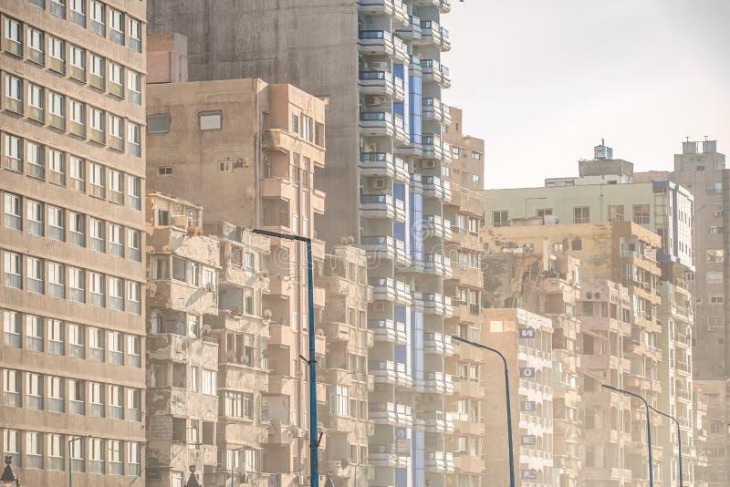 6/11/2018 Александрия, Египет, фасады обитая домов принадлежащих штату в очень плохом состоянии стоковое изображение