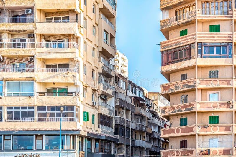 6/11/2018 Александрия, Египет, фасады обитая домов принадлежащих штату в очень плохом состоянии стоковая фотография