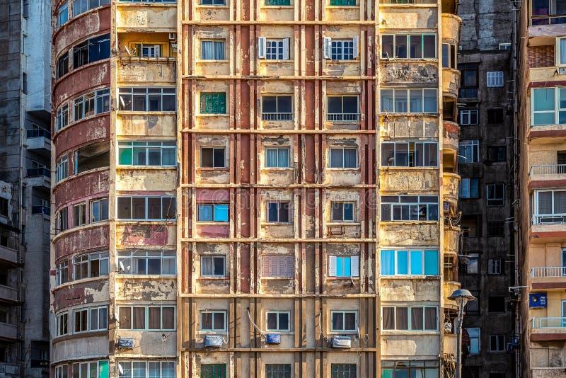 6/11/2018 Александрия, Египет, фасады обитая домов принадлежащих штату в очень плохом состоянии стоковое изображение rf
