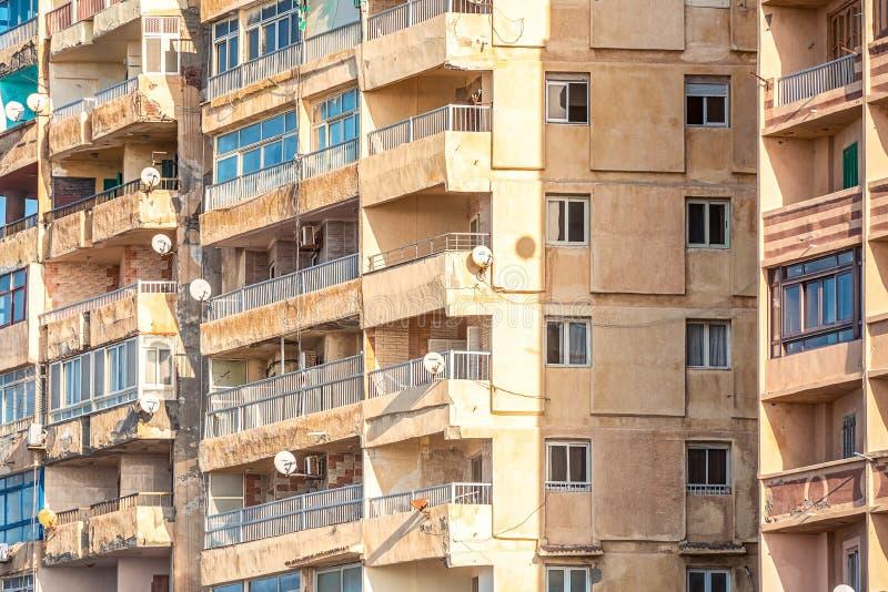 6/11/2018 Александрия, Египет, фасады обитая домов принадлежащих штату в очень плохом состоянии стоковое фото