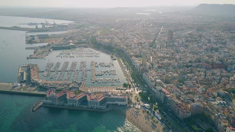 АЛИКАНТЕ, ИСПАНИЯ - 23-ЬЕ СЕНТЯБРЯ 2018 Вид с воздуха городского пейзажа, Марины и порта стоковое изображение rf