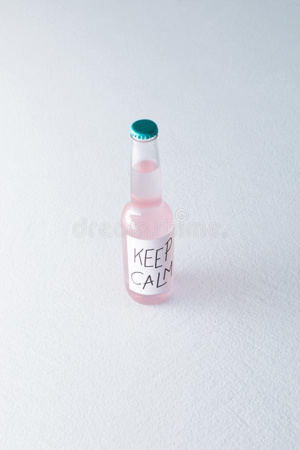 алкогольный напиток в бутылке с надписью держит затишье на ярлыке стоковая фотография rf
