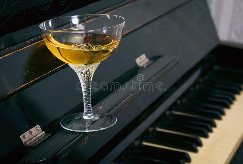 Алкогольный напиток в стекле стоковые изображения rf
