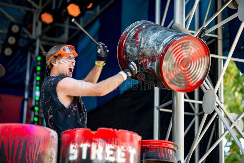 АЛЛЕНТАУН, PA - 22-ОЕ ОКТЯБРЯ: Корпус барабанчика улицы выполняя на парке в Аллентауне, Пенсильвании Dorney стоковые фото
