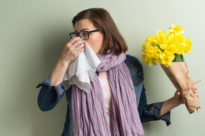 Аллергия весны к цветню Женщина с букетом стоковые изображения rf