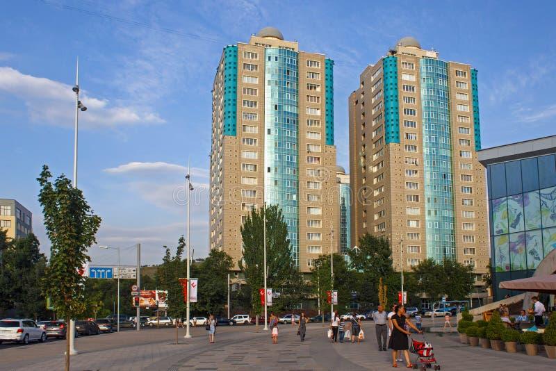 АЛМА-АТА, КАЗАХСТАН - 27-ОЕ ИЮЛЯ 2017: Взгляд современных жилых домов высотного здания в центре Алма-Ата стоковые фотографии rf