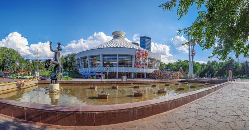 АЛМА-АТА, КАЗАХСТАН - 8-ОЕ ИЮЛЯ 2016: Скульптура акробата на здании цирка стоковые фото