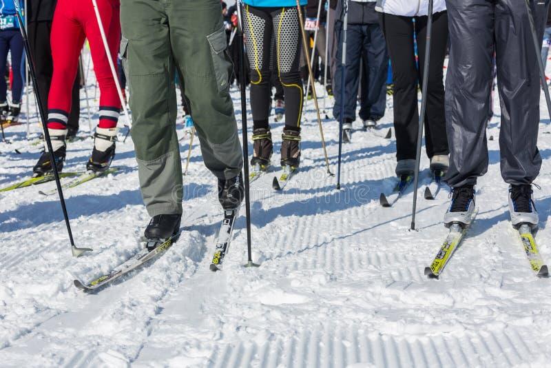 АЛМА-АТА, КАЗАХСТАН - 18-ОЕ ФЕВРАЛЯ 2017: конкуренции дилетанта в дисциплине беговых лыж, под названием стоковые изображения rf