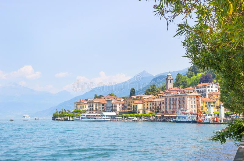 Альбомная озера Комо в Италии Изумительный вид на прибрежный город - Белладжио, Ломбардия Знаменитая итальянская зона отдыха и по стоковая фотография