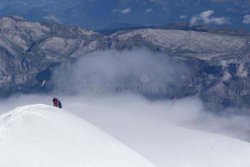 альпинисты взбираясь гора с оборудованием горы, деятельностью при высокой горы стоковые изображения