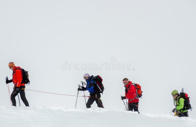 Альпинисты во французских горах Альп Массив Монблана, Aiguille du Midi Шамони стоковые фотографии rf