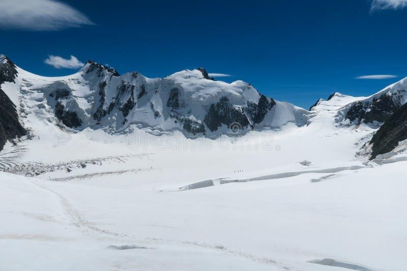 Альпинисты идя на ледник около отказа Взгляд к леднику Mensu Горная область Belukha Altai, Россия стоковое изображение