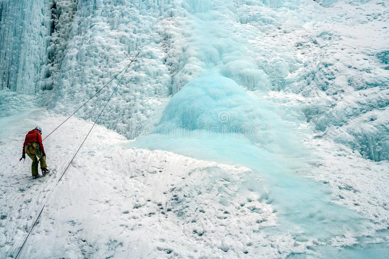 Альпинисты льда на замороженных водопадах в каньоне Johnston, Banff стоковое фото rf