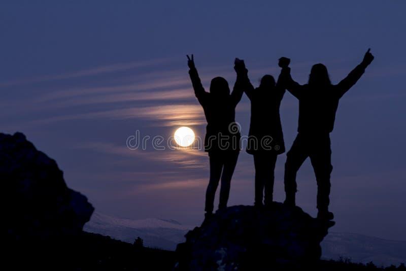 Альпинисты на горной вершине стоковые фото