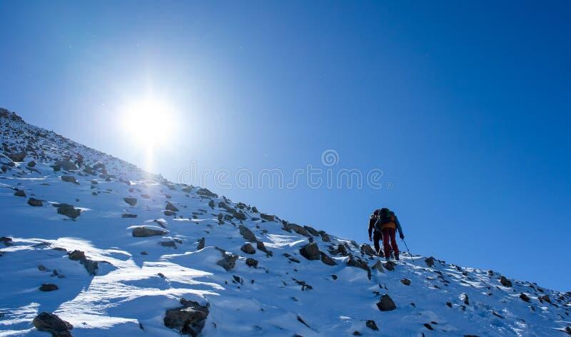 Альпинисты на саммите горы в сценарной Шани Tian выстраивают в ряд стоковое изображение rf