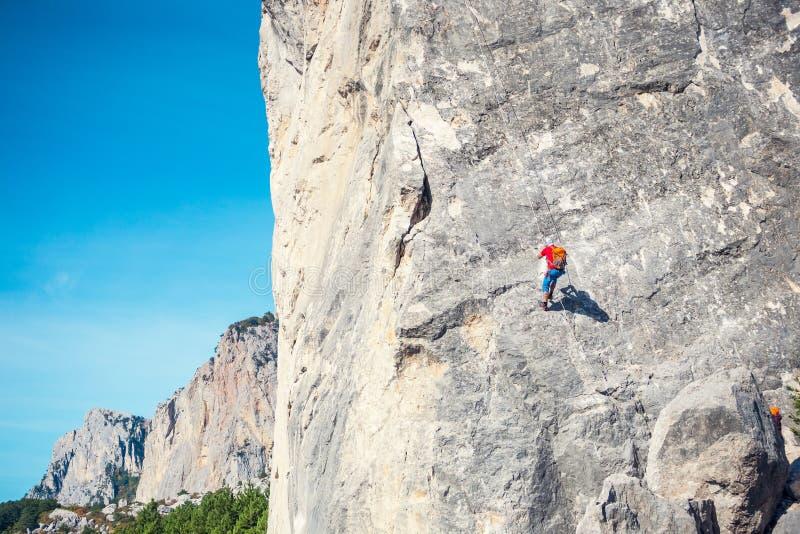 Альпинист висит на веревочке стоковое изображение rf
