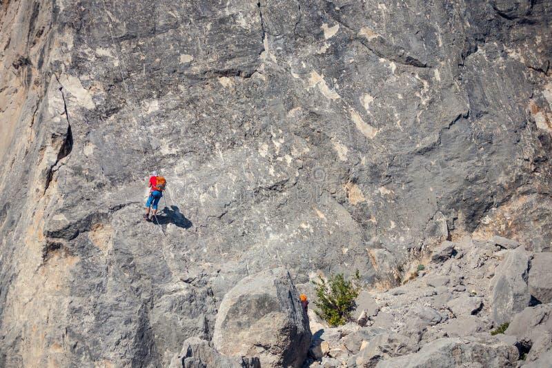 Альпинист висит на веревочке стоковое фото rf