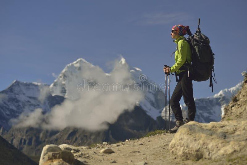 Альпинист на долине Khumbu Гималаи Непал стоковая фотография