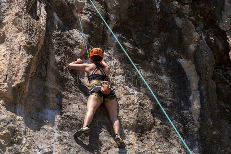 Альпинист утеса взбираясь на пляже Railay в Krabi, Таиланде стоковые изображения rf